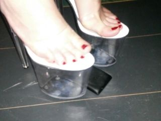 Female L kick mobile smartphone NOKIA with extraordinary high high-heeled slippers.