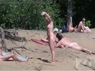 Boquete na praia de nudismo 1 - videosadultos18.com