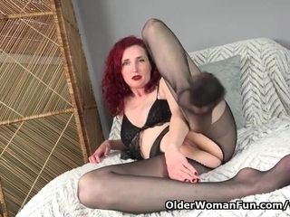 Yankee cougar Zinnia Blue gets revved on in nylon