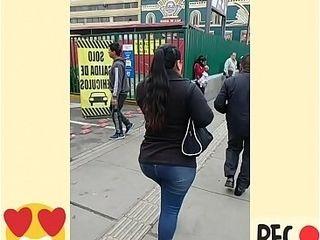 Se&ntilde_ora potona caminando por la calle