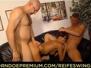 REIFE SWINGER - Mature sandy-haired cougar triangle lovemaking with 2 bulls