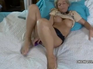 Sultry mumsy jolene elevates her mini-skirt and tears up her fucktoys