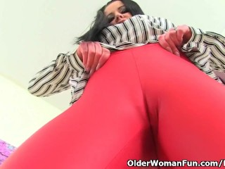 English cougar Sarah Kelly pulverizes herself with a humungous faux-cock