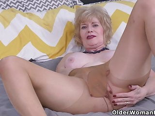 USA gilf Justine gives her wooly honeypot a handle
