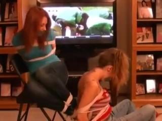 2 chicas atadas y amordazadas por el hombre del strap