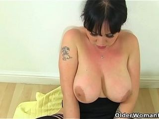 Brit cougar Amber Leigh needs to get off in shower