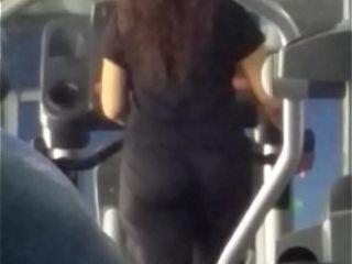 Culona madura en el gym