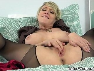 American milf Dee Williams admires an obstacle brush pussy far an obstacle reiteration