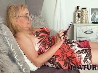 'MATURE4K. Ash-blonde grandma getting off giant dildo'