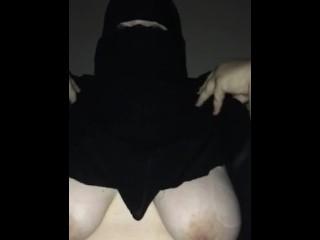 Femme Arabe en Niqab montre ses seins