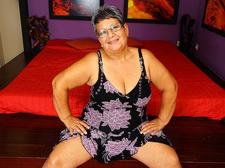 This round mature woman plays with her snatch