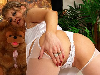 Red-hot mature bitch pleasing herself and beyond