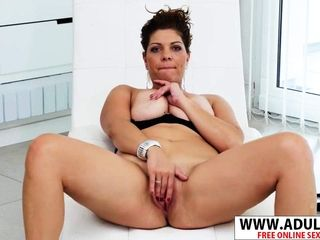 European cougar Nicol massages Her gash