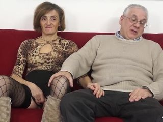 SCAMBISTI MATURI - Mature Italian swinger gets her asshole and hairy pussy filled with cock
