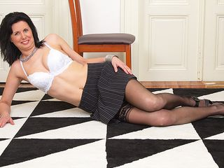 Scorching housewife showcases off her sexy bod