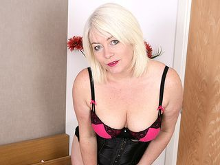 Super-steamy light-haired british mom frolicking with her trimmed honeypot