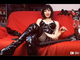 Smoking domina in lengthy shoes