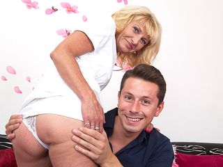Super-naughty mature lsut deep throating and boinking her arse off