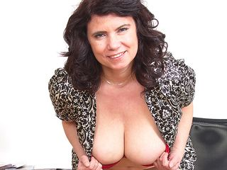 Ample boobed Mature dame playinbg with her snatch