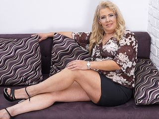 Chubby mature bi-atch tugging on the bed