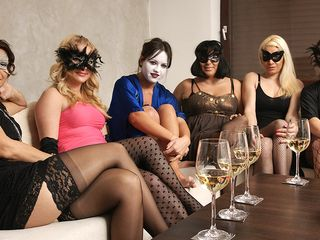 Welcome to a very kinky mature lezzie party