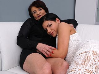 Super hot stunner doing a nasty all female housewife