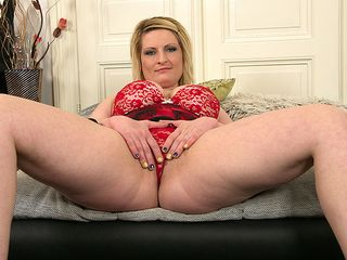 Ultra-kinky blond housewife playing with her wet vag