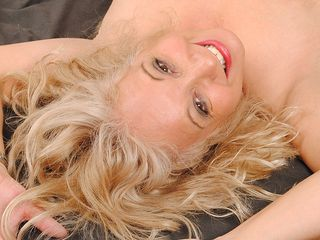 Light-haired mature fuckslut getting raw on her sofa