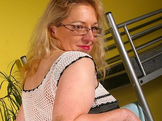 Housewife Jane needs to tickle her cooter
