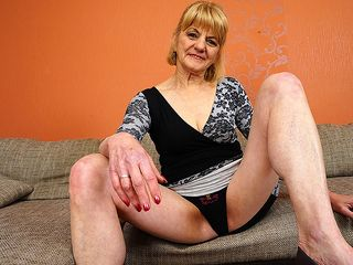 Insane mature woman wanking on the bed