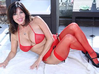 Super steaming milf flashes fantastic mammories and raw cunny