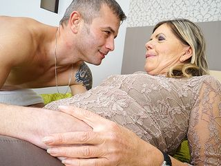 Wool facialed mature bi-atch throating and pummeling