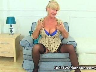 UK cougar Sapphire Louise gives her fanny a fine finger bang