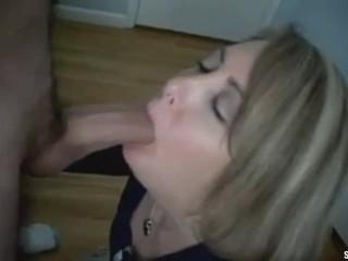 Mutter von besten Freund lutscht meinen Schwanz