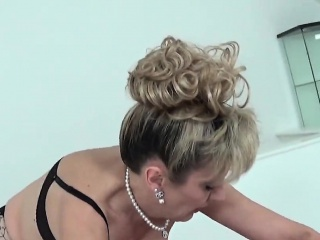 Cheating english mature lady sonia exposes her heavy boobies
