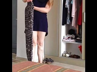 Hot ass milf is changing her clothing. Geiler Arsch