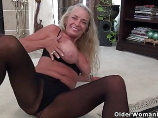 Yankee cougar Kyle enjoys finger-tickling her mature coochie