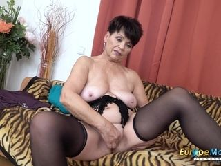 EuropeMaturE yummy mommy Striptease