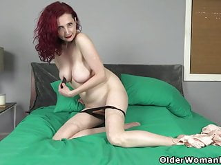 Yankee cougar Zinnia Blue's cunt needs attention