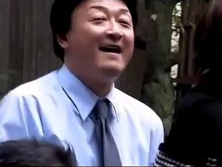 Mujer de negocios japonesa es coaccionada por compa&ntilde_eros de trabajo (Full: bit.ly/2AGrTa6)